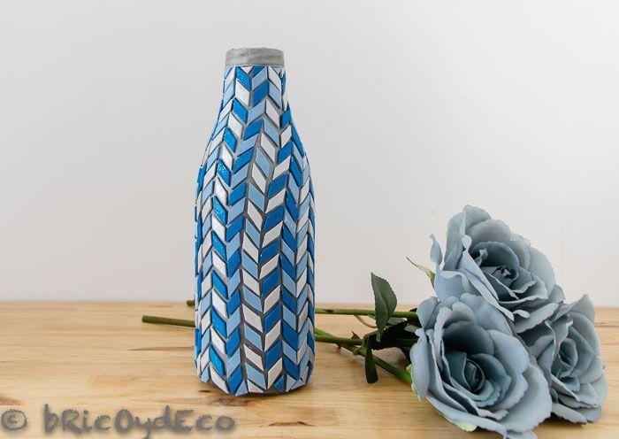C mo reciclar una botella de vidrio en un jarr n de mosaicos - Como decorar jarrones de vidrio ...