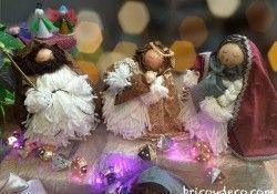 Decorar un escaparate navideño con objetos reciclados