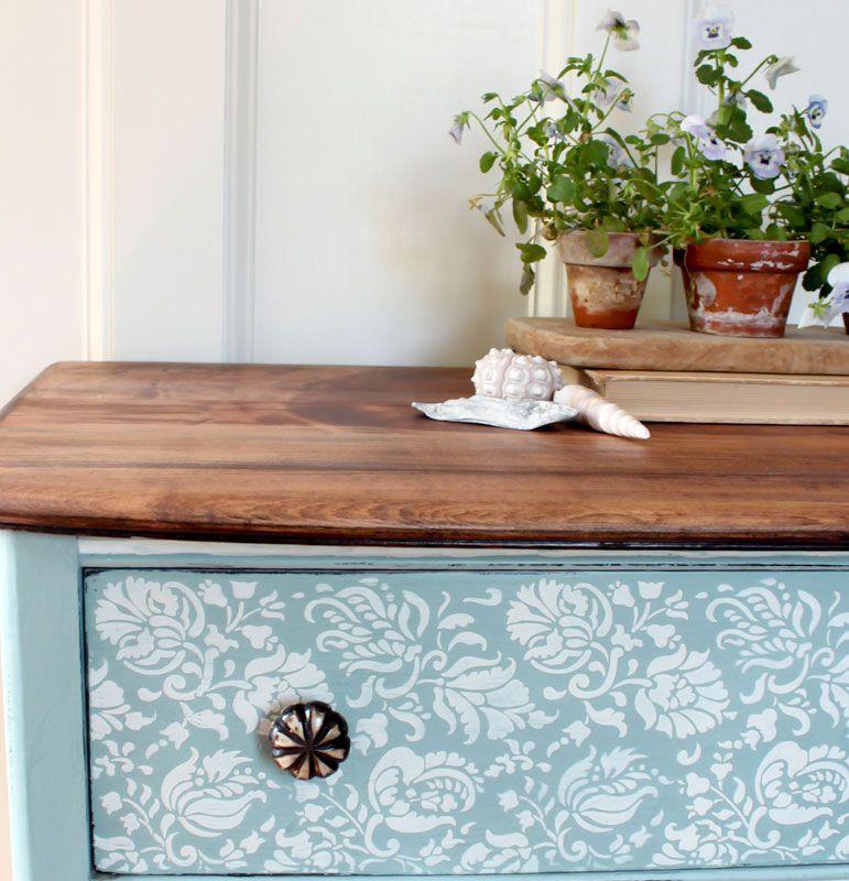 Renovar los muebles pint ndolos de azul for Renovar muebles antiguos