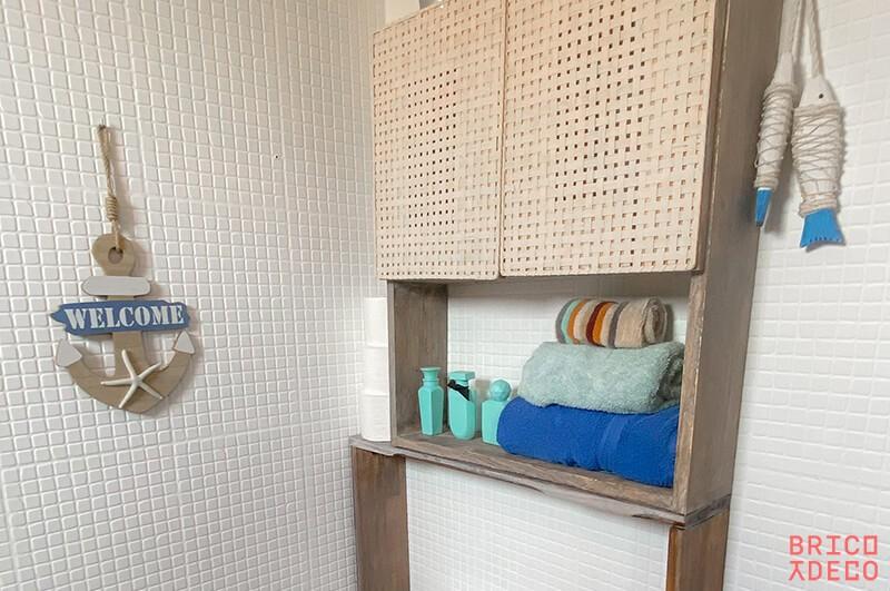 estantería vintage con puertas de mimbre